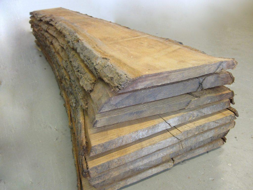 De ruwe brede planken zijn uit één boomstam gezaagd, deze blijven eerst nog acclimatiseren in de werkplaats voordat ze worden geschraafd
