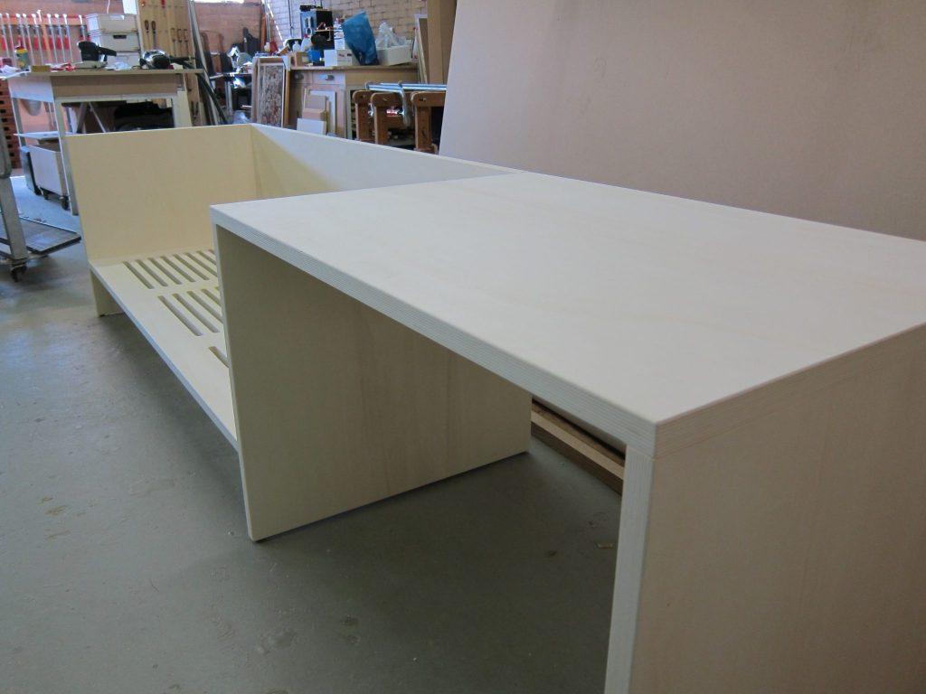 Het plaatmateriaal is afgewerkt met transparante 2 componenten acryllak