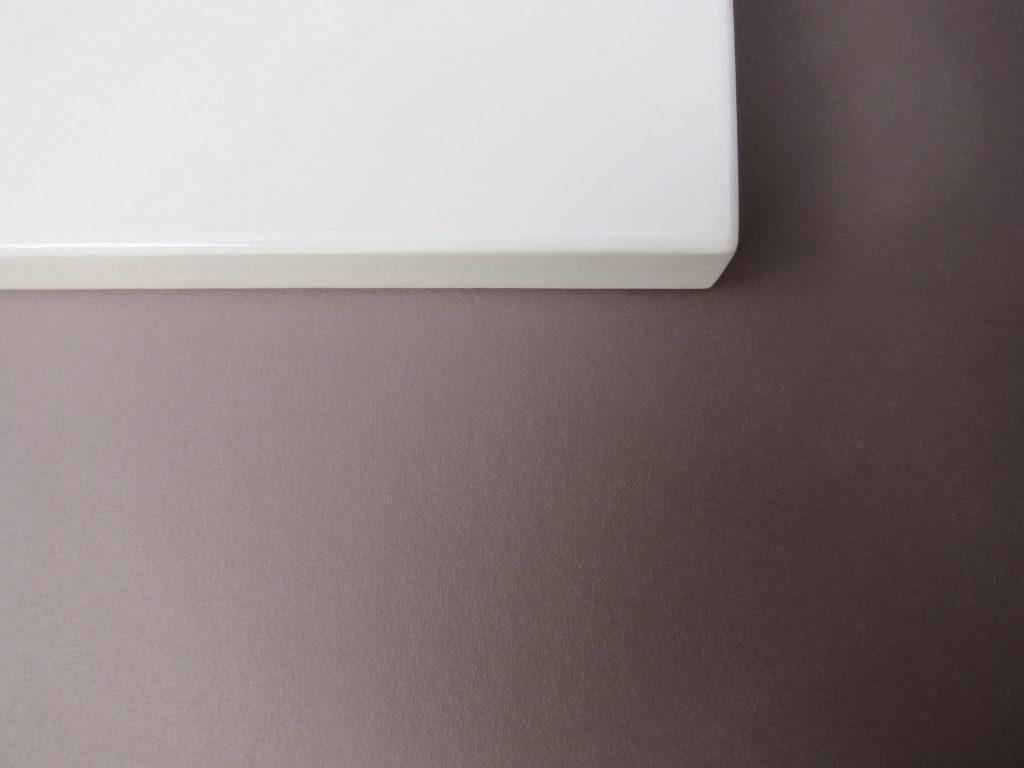 Furniture linoleum, kleur 'mauve' in combinatie met wit spuitwerk