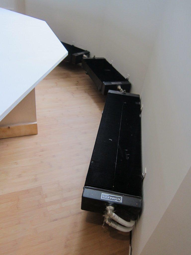 De radiator voor de plaatsing van de bank