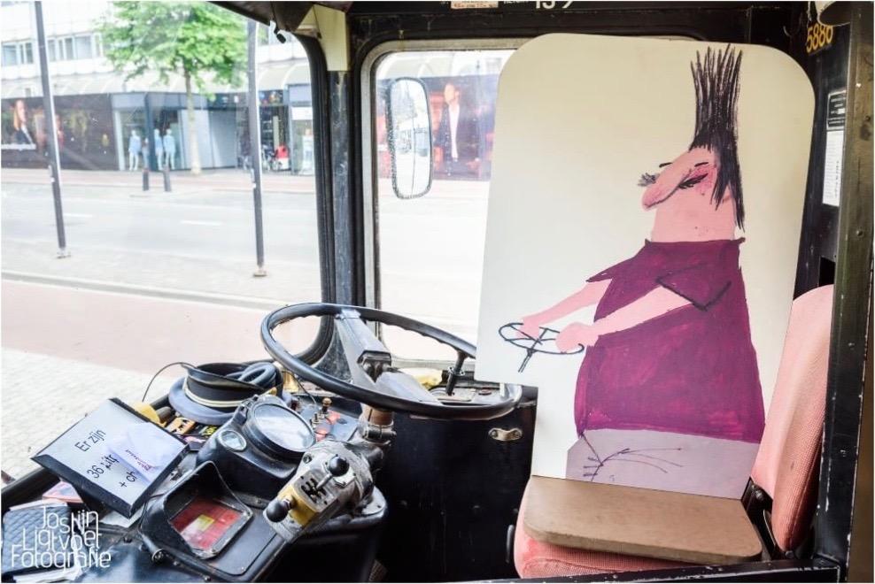 Bij binnenkomst zit er altijd een buschauffeur achter het stuur