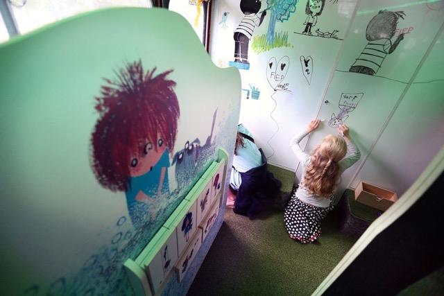 Op de begane grond het doolhof waar de kinderen op het whiteboard tekenen, links 'doe-het -zelf verhaaltje'