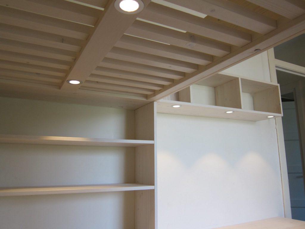 Onder het bed en boven het bureau is veilige led-verlichting gemonteerd met een warmwitte uitstraling