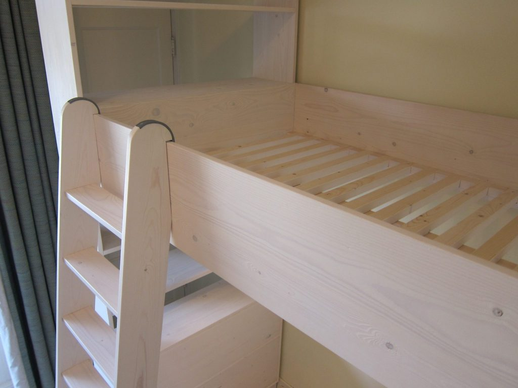 De trap hangt over de bed-leuning en is eenvoudig te verplaatsen
