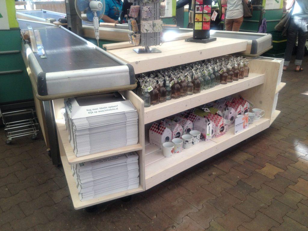 Kasten voor kartonnen dozen rondom de kassablokken