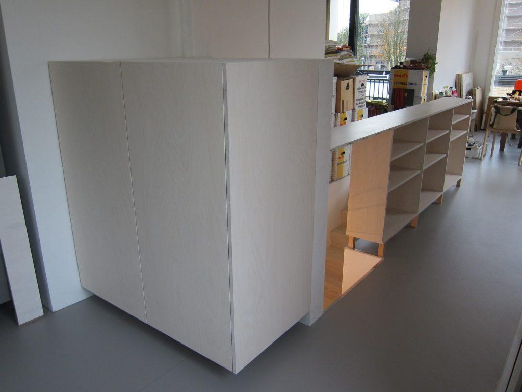Links de vrieskast en daarnaast de koelkast op een slimme wijze weggewerkt