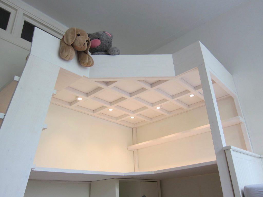 De led inbouwspots boven het bureau zorgen voor goede verlichting en zijn te bedienen tussen het bureau en vanaf het bed