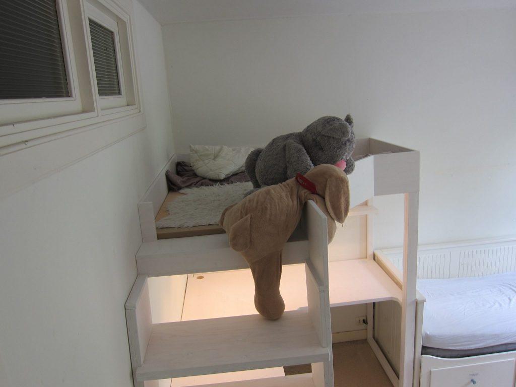 Lounge bed met een veilige trap om in het platvorm bed te klimmen