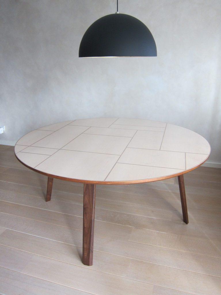 Het tafelblad heeft een diameter van 120 cm en is 75 cm hoog.