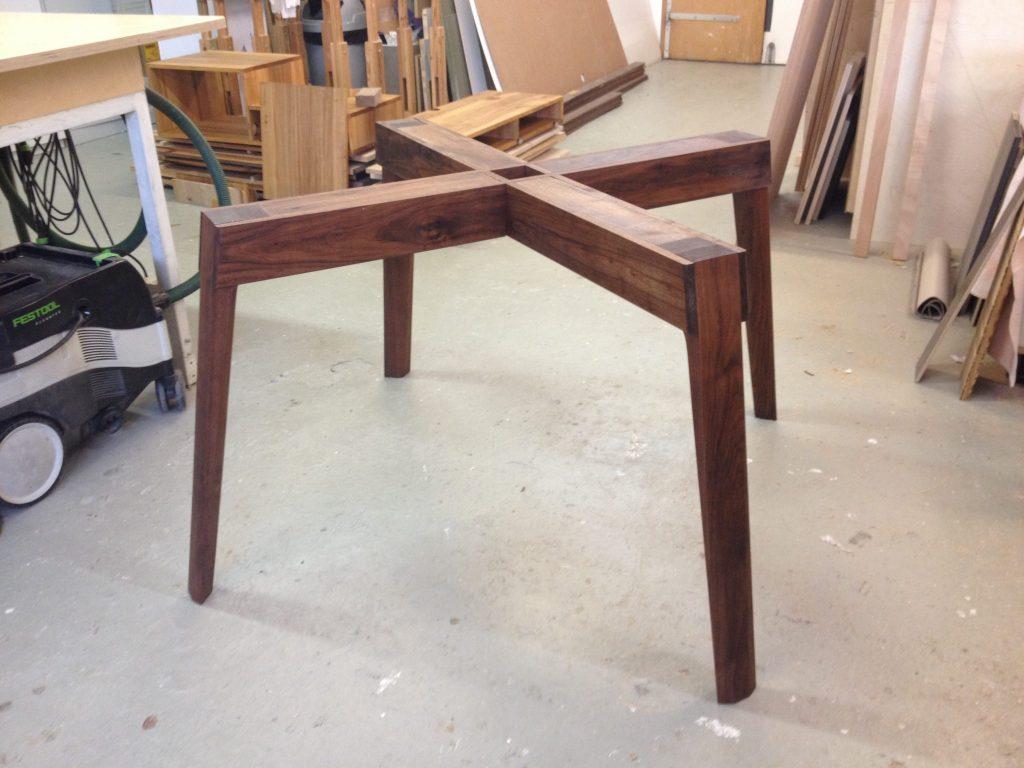 Het houten onderstel in de werkplaats