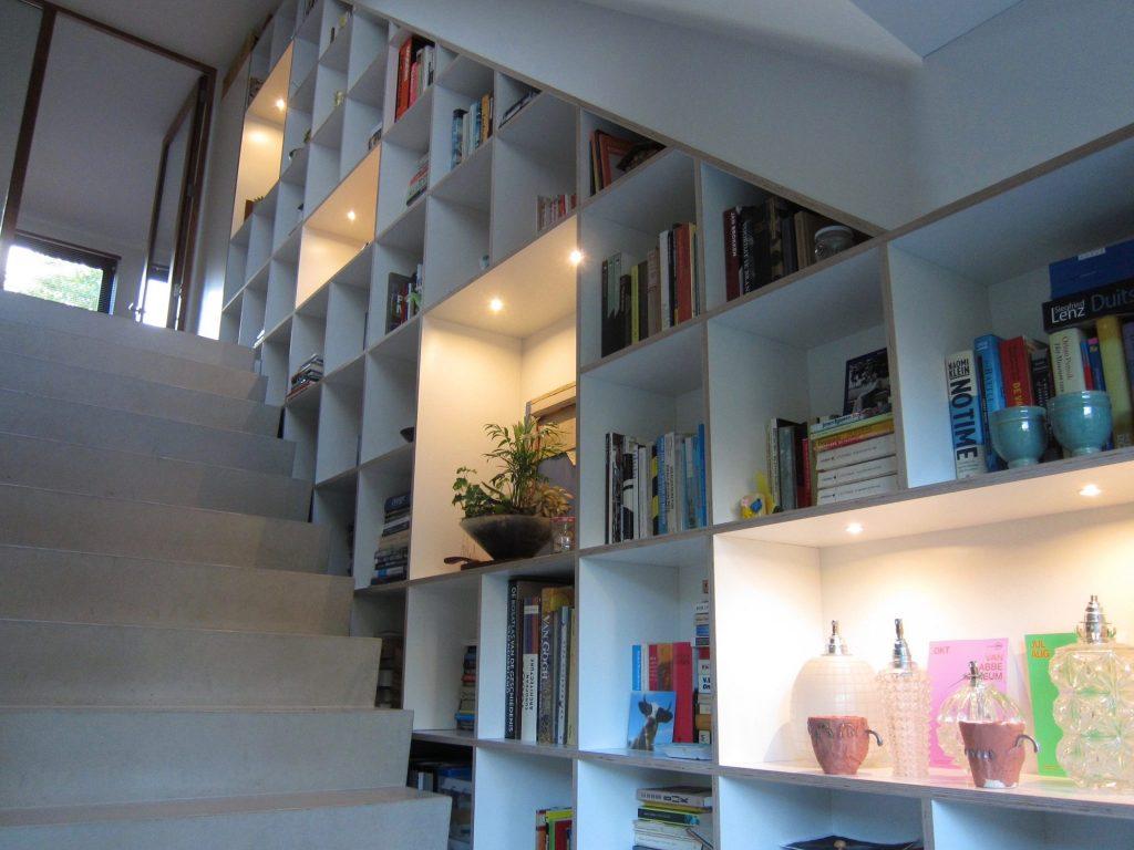 Boekenkast over twee verdiepingen langs de trap