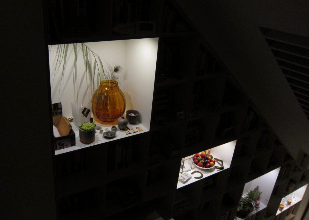 De bedrading van de led-spots, zijn onzichtbaar in het plaatmateriaal gemonteerd