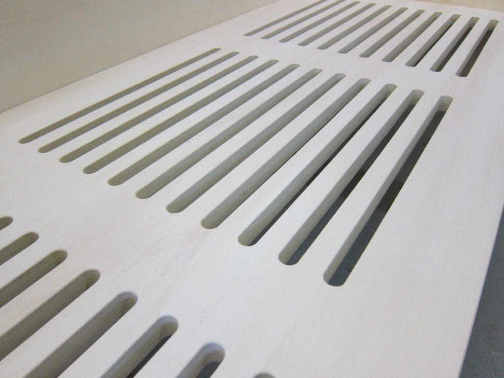 Er zijn sleuven in het bedbodem gefreesd om de matras goed te ventileren