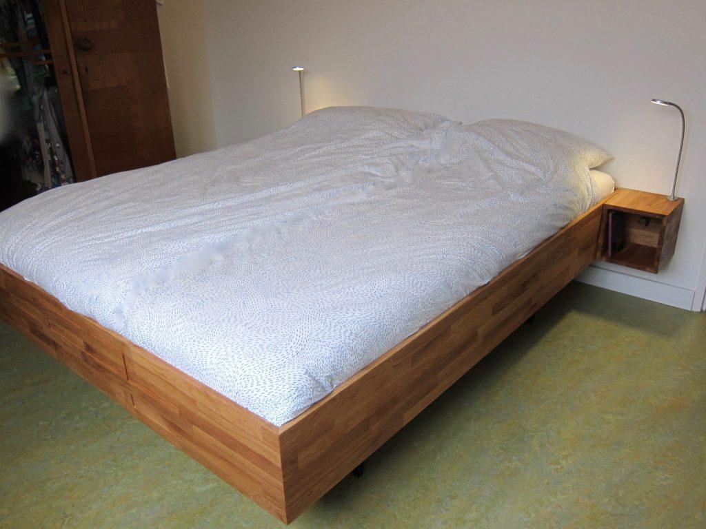 Zwevend bed rust op metalen onderstel