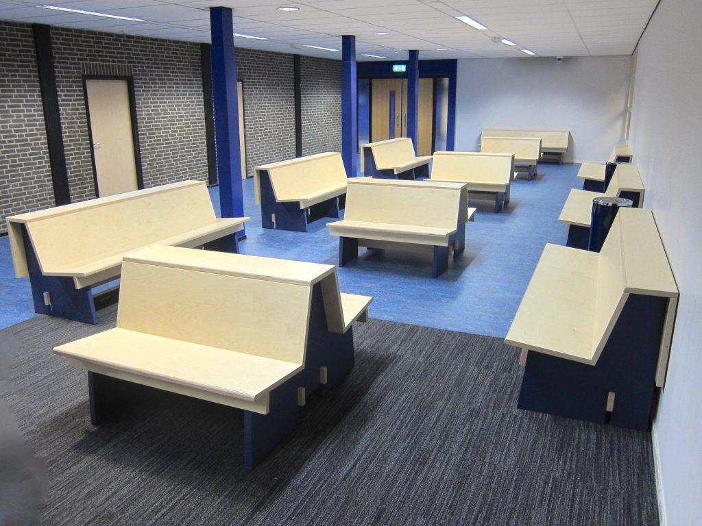 De schoolbanken in de ontvangstruimte